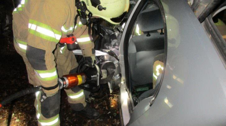 Der Verunfallte musste mittels Bergeschere befreit werden, da sein Fuß im deformierten PKW eingeklemmt war.