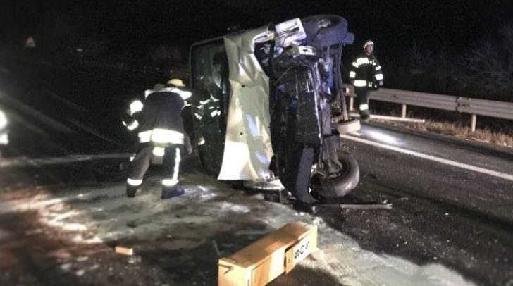 Der Kleintransporter kippte um und kam auf einem gesperrten Fahrstreifen zum Liegen.