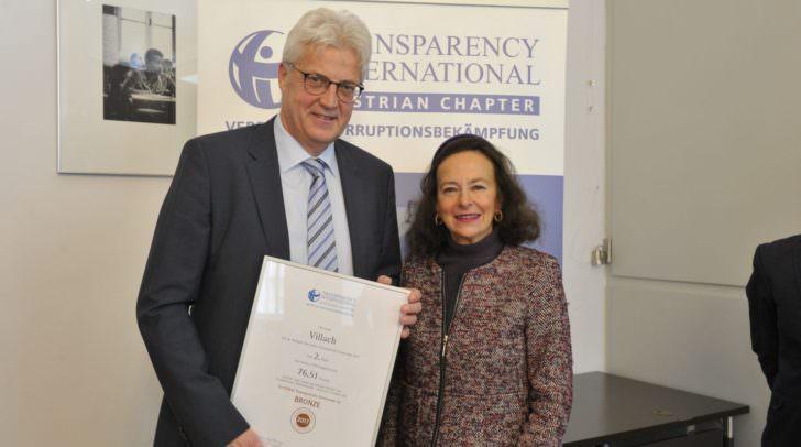 Villachs Magistratsdirektor Dr. Hans Mainhart nahm die Auszeichnung von Transparency International heute von IT-Vorsitzender Prof. Eva Geiblinger entgegen