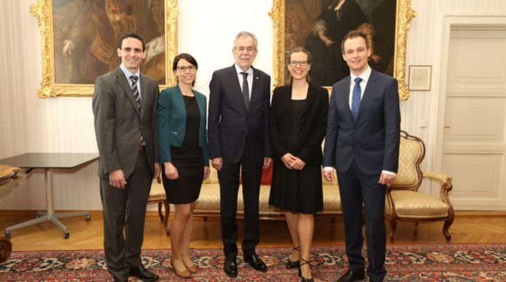 Der Bundespräsident mit den Promovendlnnen, v.I.: Alexander Razen, Andrea Ganthaler, Anna Posod und Markus Pirklbauer.