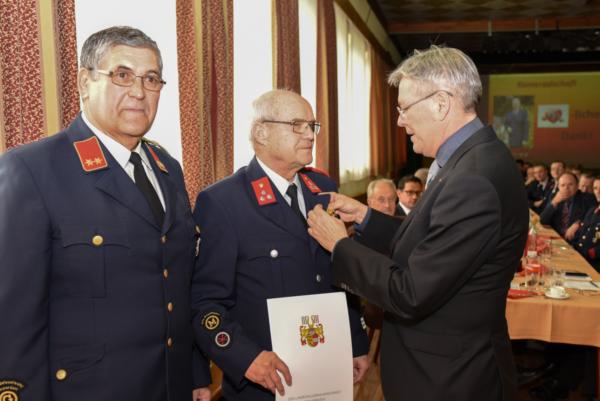 LH Peter Kaiser und Kommandant Gottfried Smolej ehren einen Kameraden für 40 Jahre Dienst bei der FF Poggerdorf