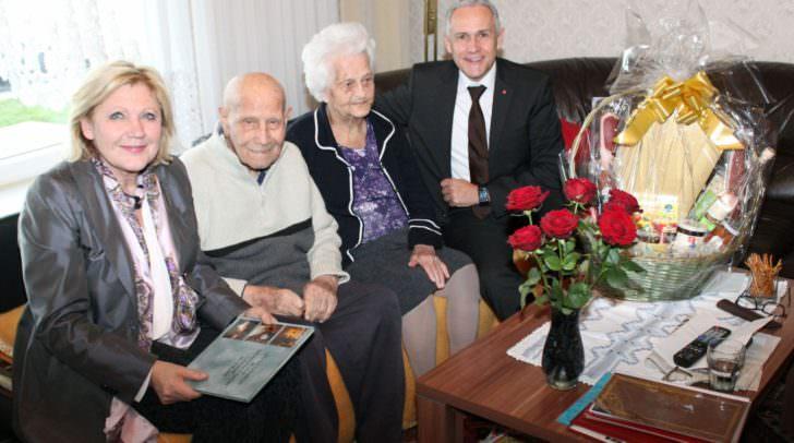 Bürgermeisterin Dr. Maria-Luise Mathiaschitz und Vizebürgermeister Jürgen Pfeiler überbrachten Nicola und Jonka Toschkoff Glückwünsche der Landeshauptstadt zum 75. Hochzeitstag.