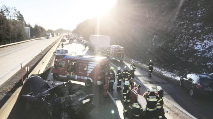 Laut ersten Informationen waren acht Fahrzeuge in den Unfall verwickelt.