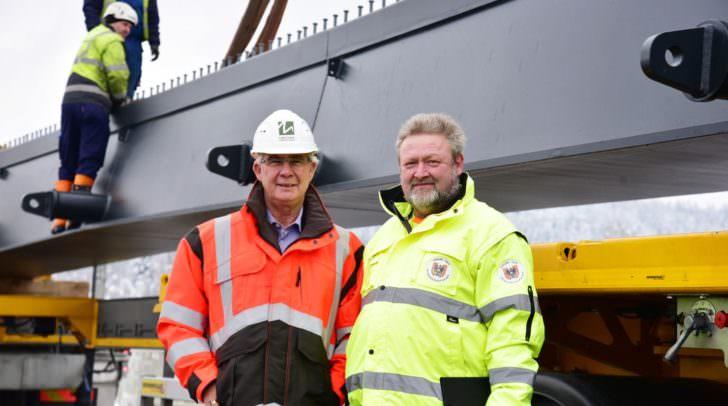 Stadtrat Harald Sobe und Gerhard Hirzbauer (Transportbegleitung, Straßenaufsicht)