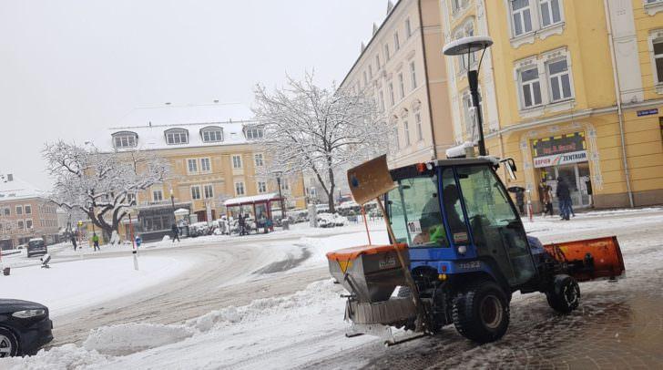 Die Magistratsmitarbeiter sind heute sowohl mit großen Einsatzfahrzeugen auf den Straßen unterwegs, als auch mit kleineren Fahrzeugen auf Klagenfurts Plätzen.