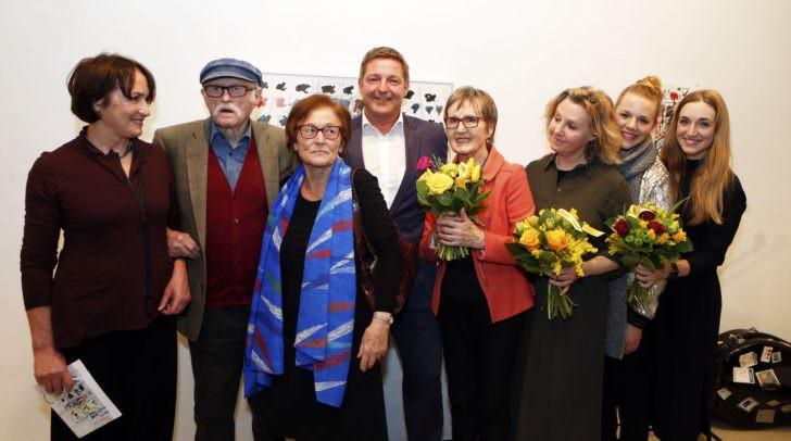 Künstler Hans Staudacher im Kreise seiner Familie gemeinsam mit Bürgermeister Günther Albel und Edith Eva Kapeller Leiterin der städtischen Galerie Freihausgasse.