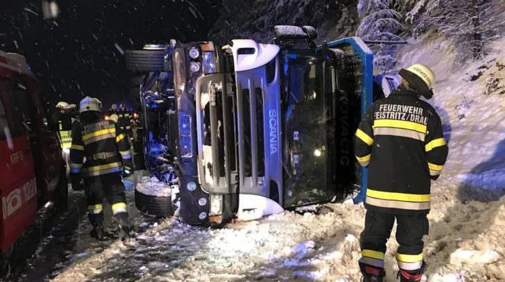 Auf der schneebedeckten Autobahn kam der LKW ins Schleudern, kippte samt Anhänger um und kam auf der Fahrbahn zum Liegen.