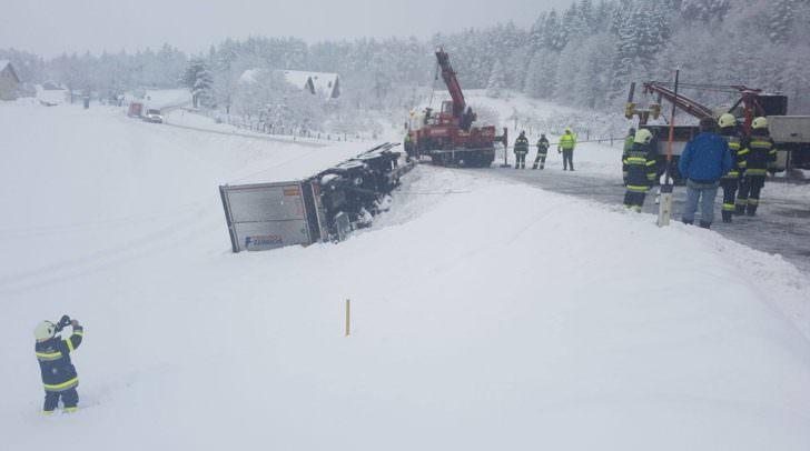 Aufgrund der komplizierten Bergung, war die B85 im Bereich von Dobrowa circa vier Stunden für den Verkehr gesperrt