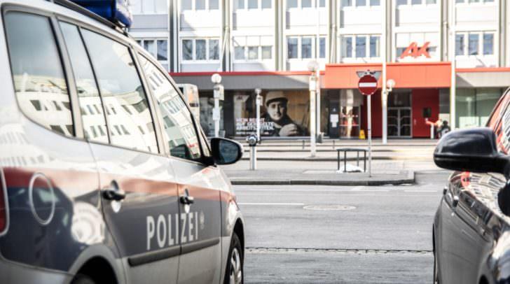 An viel frequentierten Orten, etwa Bahnhöfen, wird die Polizeipräsenz nach dem gestrigen Terroranschlag massiv erhöht.