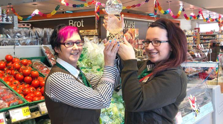 Filialleiterin Sabine Huber und ihre Stellvertreterin Yvonne Winkler freuen sich über die Auszeichnung