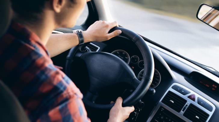 Beim Verwenden bestimmter Assistenzsysteme ist es ab Montag erlaubt, die Hände vom Lenkrad zu nehmen.