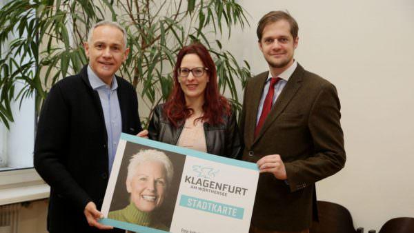 Sozialreferent Vizebürgermeister Jürgen Pfeiler präsentiert mit dem Leiter der städtischen Sozialabteilung Mag. Stefan Mauthner und Tanja Maryodnig (Abt. Soziales) die neue Stadtkarte.