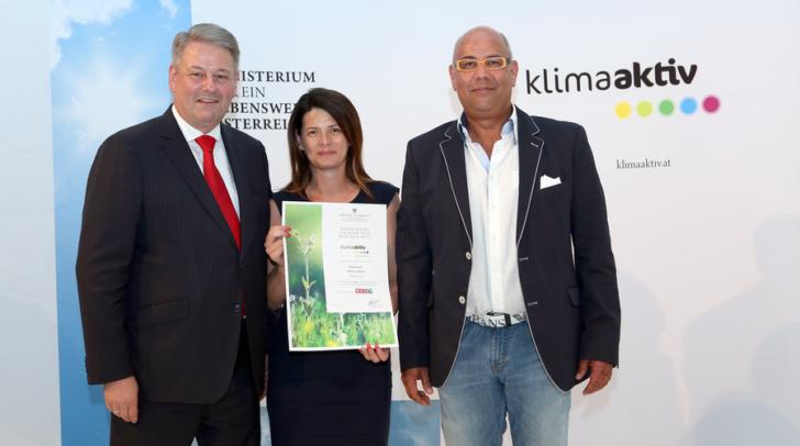 Der damalige Minister Andrä Rupprechter (l.) überreicht die Auszeichnung klimaaktiv an Tanja Rainer und Günter Roth