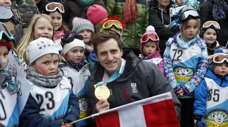 Matthias Mayer mit Kindergartenkindern (Bilder: LPD/ Höher)