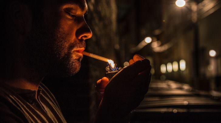 In vielen Ländern muss man zum Rauchen schon vor die Tür