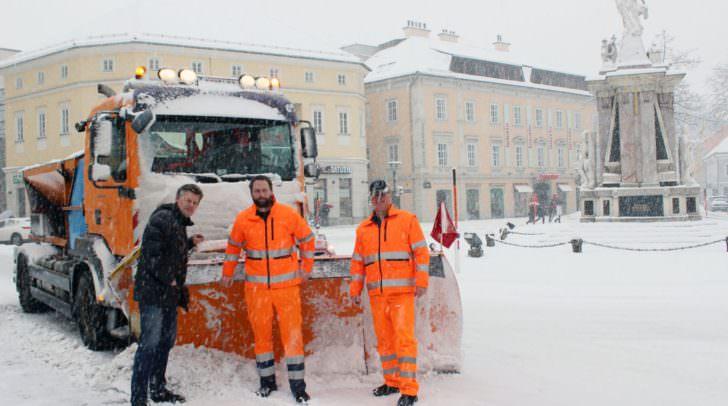 Straßenbaureferent Vizebürgermeister Christian Scheider bedankt sich bei den Mitarbeitern vom Winterdienst für die seit den Morgenstunden andauernde Schneeräumung auf Klagenfurts Straßen.