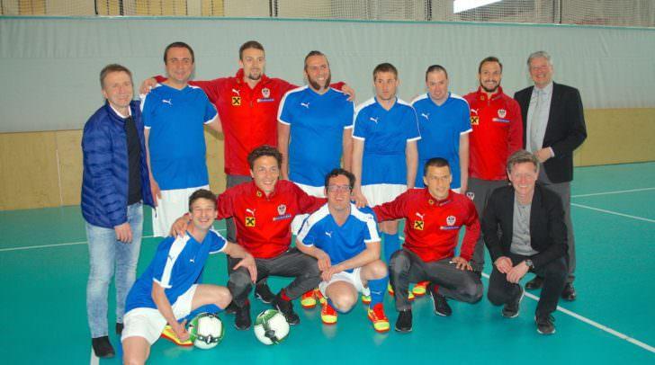 ÖFB-Stars am Gruppenfoto mit der Mannschaft der Diakonie de la Tour Waiern