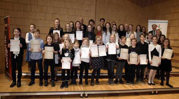 Die jungen Musiktalente freuten sich über die Urkunden- und Sonderpreisverleihungen.