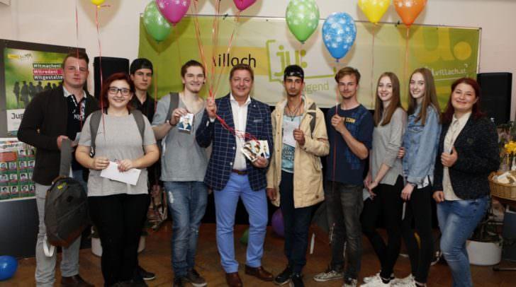 Bürgermeister Günther Albel mit Mitgliedern des aktuellen Villacher Jugendrates bei dessen Wahlparty.