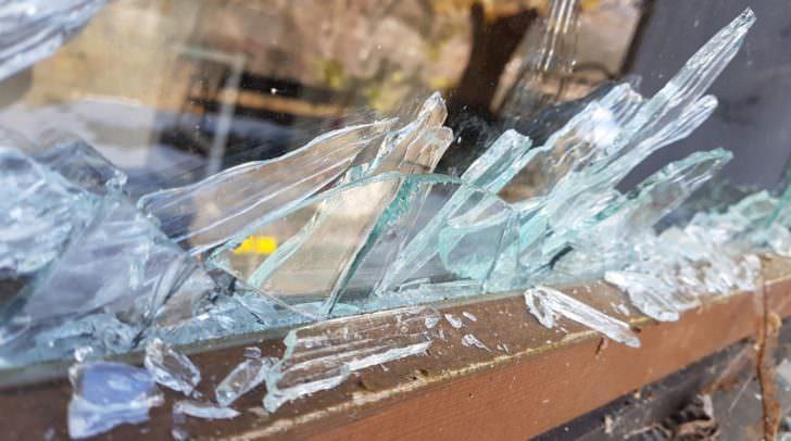 Im Inneren der Jugendeinrichtung beschädigten die drei Burschen etliche Fenster und Türen.