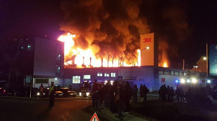 Durch die gute Zusammenarbeit der Feuerwehren konnte beim Großbrand bei 3M am 13. März 2018 Schlimmeres verhindert werden.
