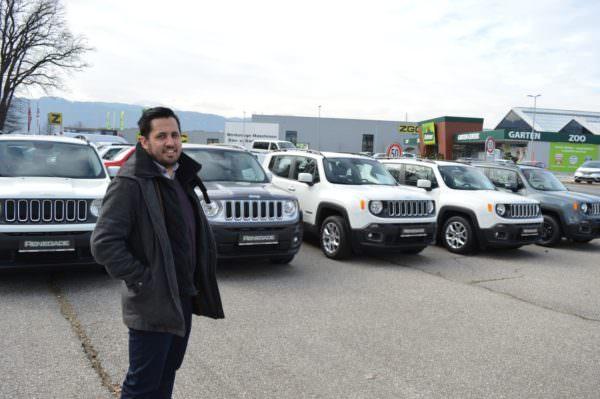 DIe Fahrzeuge der KAC Spieler werden wohl nicht allzu lange am Platz stehen. Bereits jetzt freut sich Manuel Knapp über eine große Nachfrage rund um die JEEP Renegade.