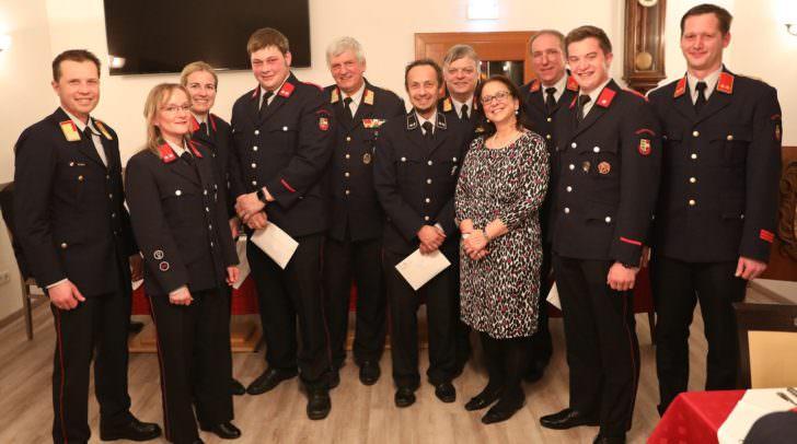 Einige Mitglieder der FF Krumpendorf wurden befördert und für ihre langjährige Mitarbeit bei der Feuerwehr geehrt.