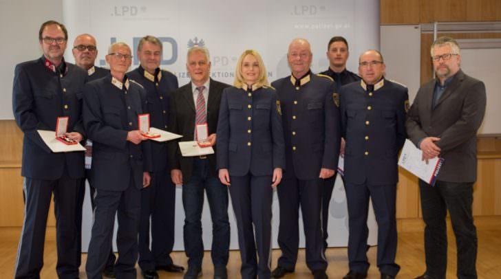 Landespolizeidirektorin Michaela Kohlweiß und ihre beiden Stellvertreter Generalmajor Wolfgang Rauchegger und Hofrat Markus Plazer mit den Geehrten