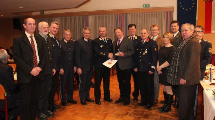 Ehrung vom Kommandanten mit Mitgliedern aus dem Gemeinderat, dem Bürgermeister und Einsatzorganisationen sowie Landesfeuerwehrkommandant Stv.