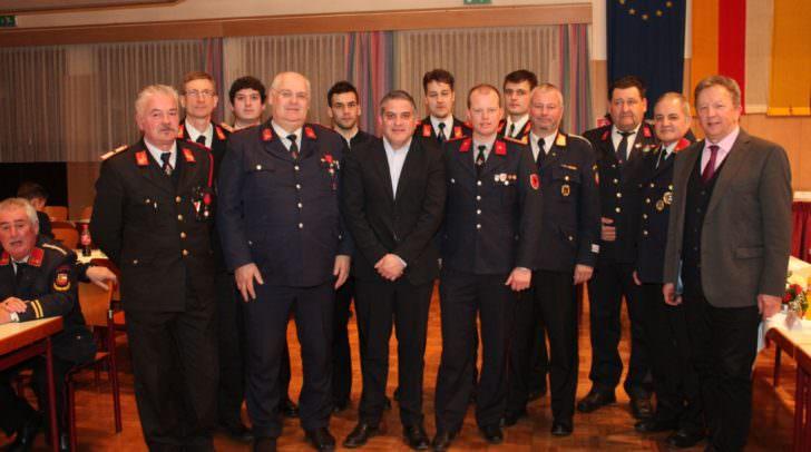 Feuerwehrkameraden aus Italien, Slowenien und Kärnten gemeinsam mit den Bürgermeistern Erich Kessler von Arnoldstein und Renzo Zanette aus Tarvis (ITA)