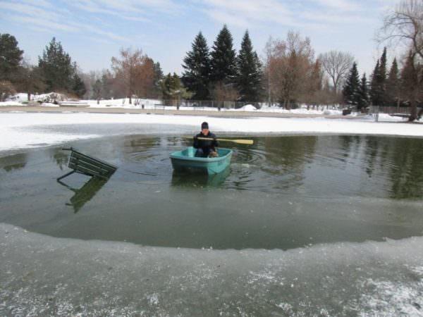 Mit einem Kunststoff Boot konnte der Besitzer zu seinem Hund rudern.