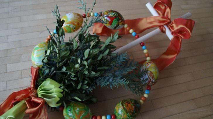 """Die zuvor geweihten Palmzweige werden in der kirchlichen Prozession als """"Zeichen des Lebens und des Sieges"""" mitgetragen."""