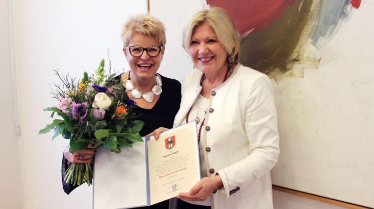 Bürgermeisterin Dr. Maria-Luise Mathiaschitz verlieh Renate Anglic im Stadtsenatssaal des Rathauses die Dank und Anerkennungsurkunde.