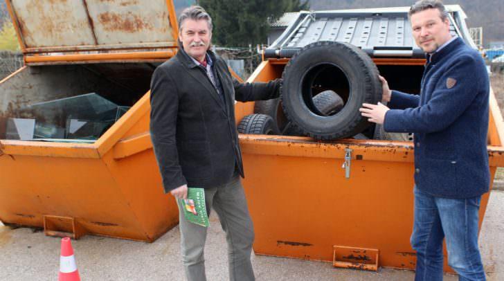 Entsorgungsreferent Stadtrat Wolfgang Germ und Abteilungsleiter Ing. Karl Weger weisen darauf hin, dass ausrangierte Autoreifen (4,50 €) und altes Glas bei den Altstoffsammelstellen entsorgt werden können.