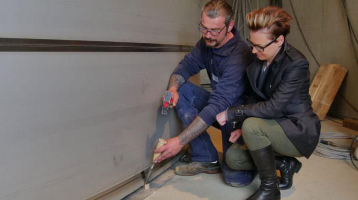Stadträtin Katharina Spanring verfolgt, wie der zylindische Behälter auf der Bodenplatte eingerichtet wird.