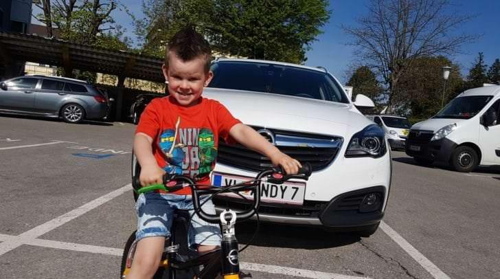 Der 4-jährige Thiago-Emilio dreht begeistert die ersten Runden auf seinem neuen Kinderfahrrad.