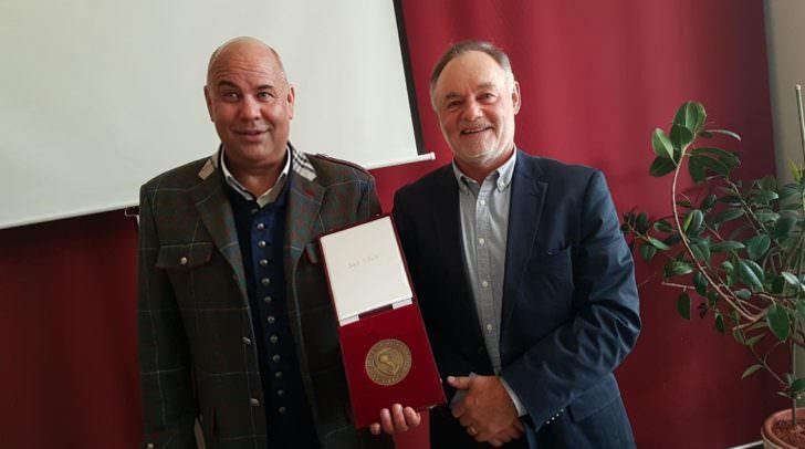 Jetziger Chef Günter Roth (links) mit ehemaligen Besitzer Egon Gabriel (rechts)