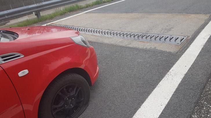 Drei Reifen des PKW wurden von den spitzen Haken der Geisterfahrersperre zerstochen.