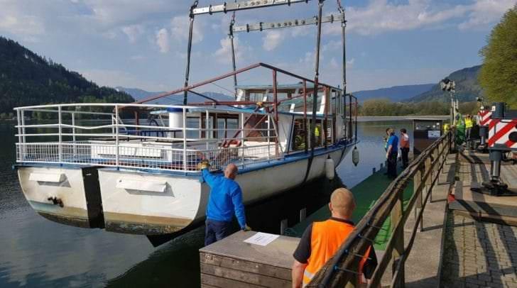 Per Riesenkran wurde die MS-Villach bereits leicht aus dem Wasser gehoben um anschließend auf den Tieflader geladen zu werden.