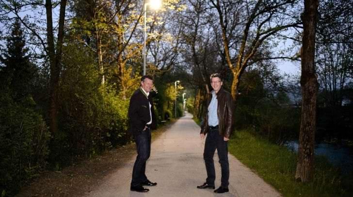 Straßenbaureferent Vbgm. Christian Scheider und Gottfried Mirnig (Abt. Straßenbau und Verkehr) besichtigen die neue Radwegbeleuchtung im Schilfweg.