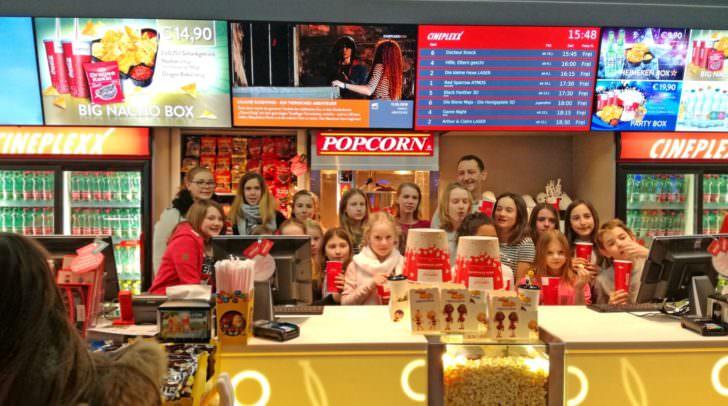 """Die Mädchen und Buben der """"Forschergruppe Kinderglück"""" durften im Cineplexx Villach selbst Popcorn machen"""