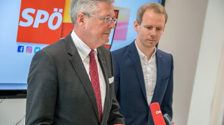 Landeshauptmann Peter Kaiser und SPÖ Kärnten Landesgeschäftsführer Andreas Sucher (am Bild bei einer Pressekonferenz vor der Covid-19-Pandemie).