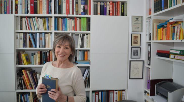 Heidelinde Weis und weitere prominente Villacherinnen und Villacher stellen von 13. bis 21. April im neuen Pop-up-Store in der Lederergasse Bücher aus ihrer ganz persönlichen Bibliothek zur Verfügung