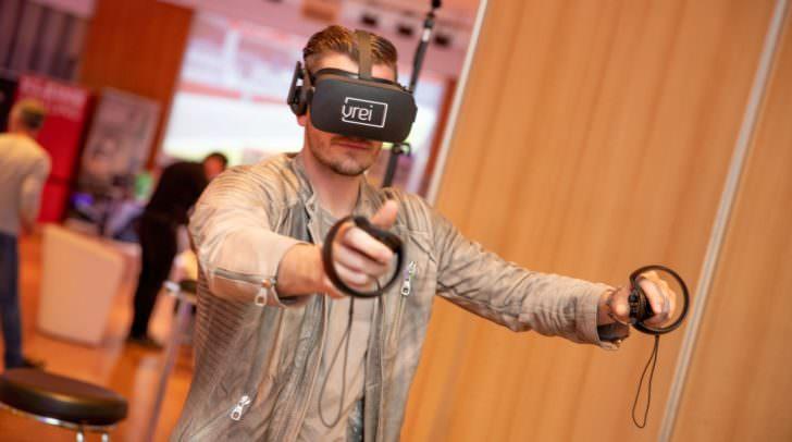 """In der """"Virtual- Reality-Games-Lounge"""" konnte man in die virtuelle Welt eintauchen."""