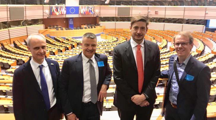 DI(FH) A. Sucher (re.) mit anderen Referenten im EU-Parlament.