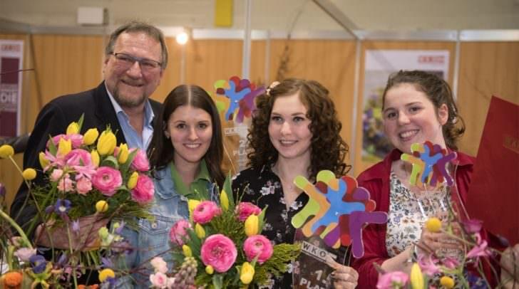 WK-Innungsmeisterstellvertreter Günter Brommer mit Selina Puffitsch, Sabrina Kleibner und Tamara Petritz