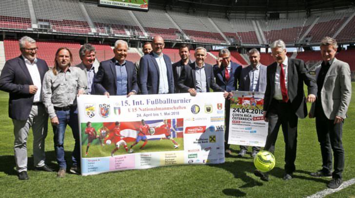 LH Peter Kaiser mit Sportdirektor Arno Arthofer und Funktionären und Sponsoren des U15 Nationenturniers
