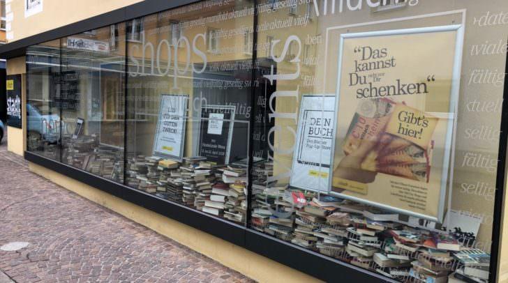 Bücherfans wird es freuen: Hier gibt es Bücher um drei Euro.