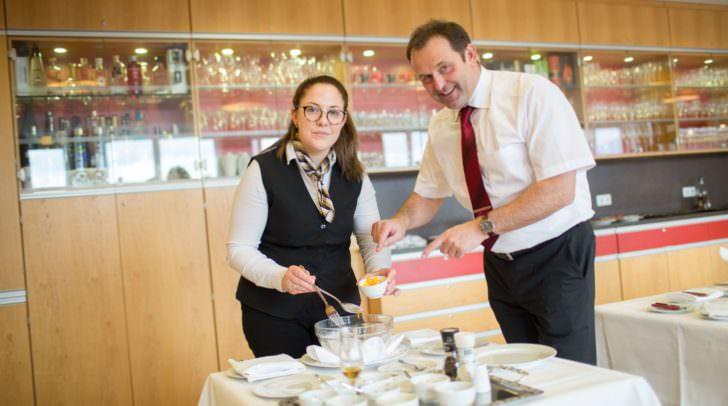 Michaela Ehgartner mit Lehrlingsausbilder Erwin Schurtl vom Parkhotel