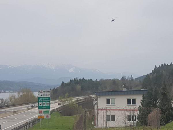 Schon seit Vormittag kreist der Polizeihubschrauber über dem Gebiet und sucht nach dem Montenegriner.